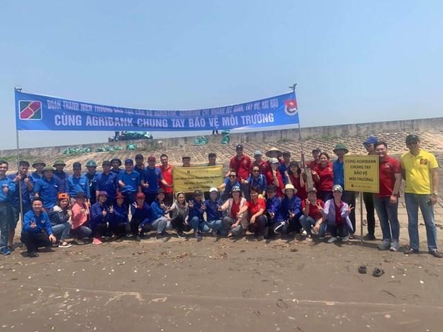 Cán bộ nhân viên Agribank cùng chung tay làm sạch môi trường biển