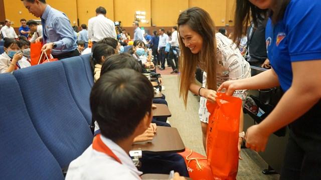 Những phần quà được đại diện doanh nghiệp trao tận tay các trẻ em tại chương trình