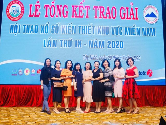 Nữ CEO Thiên Khang Media chụp ảnh lưu niệm cùng đại biểu Hội thao Xổ số Kiến thiết miền nam vào năm 2020.