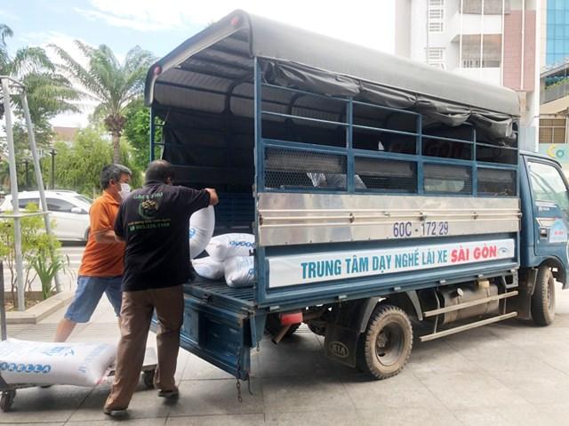 Chiếc xe tải tập lái của Trung tâm dạy nghề lái xe Sài Gòn chở những bao gạo, thùng mì mang tấm lòng thơm thảo đến với công nhân xóm trọ