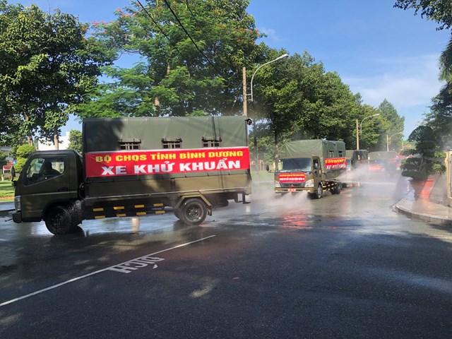 Lực lượng quân đội tiến hành xịt khử khuẩn trên một tuyến phố trong tỉnh.