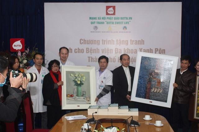 Lãnh đạo Bệnh viện Đa khoa Xanh Pôn nhận tranh từ các họa sỹ.
