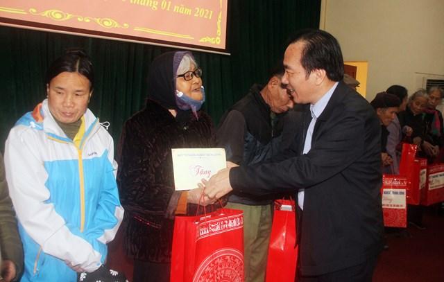 Phó Phó Chủ tịch Ngô Sách Thực tặng quà cho gia đình chính sách và hộ nghèo.