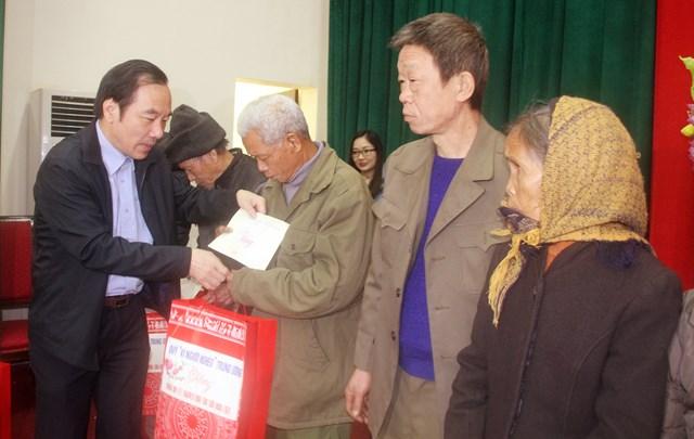 Phó Chủ tịch Ngô Sách Thực tặng quà cho gia đình chính sách và hộ nghèo