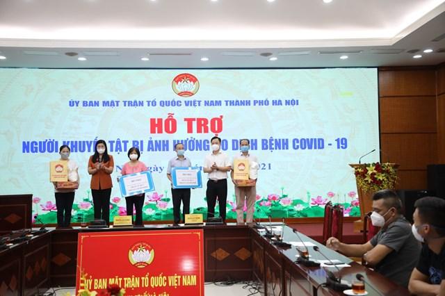 Bà Nguyễn Lan Hương trao hỗ trợ cho Hội Người mù và Hội Người khuyết tật thành phố.