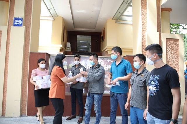 Ủy ban MTTQ thành phố Hà Nội tặng khẩu trang, nước sát khuẩn cho đội xe bán tải địa hình PVC Việt Nam.