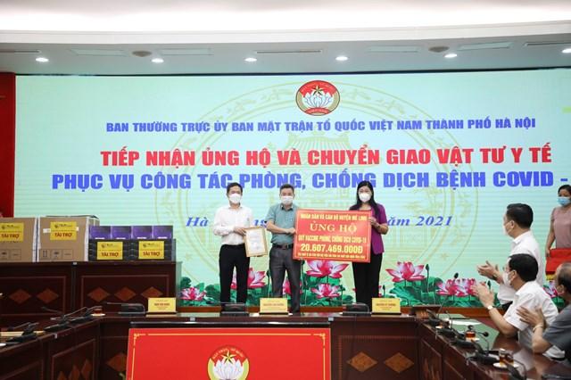 Bà Nguyễn Lan Hương tiếp nhận ủng hộ từ cán bộ và nhân huyện Mê Linh ủng hộ Quỹ Vaccine.
