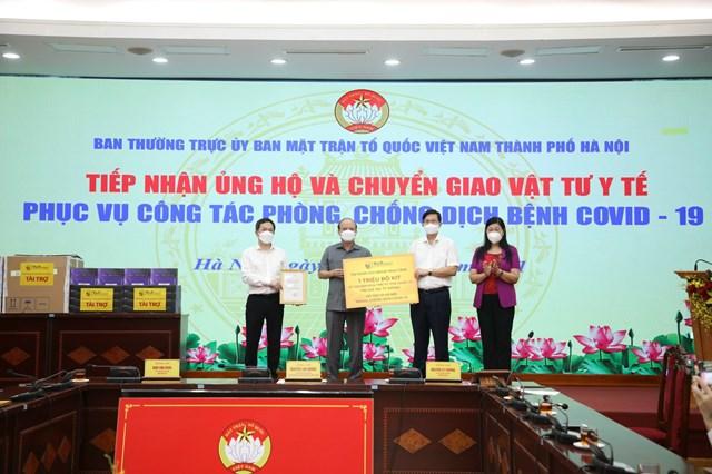 Ủy ban MTTQ thành phố Hà Nội tiếp nhận một triệu bộ kít xét nghiệm Realtime PCR.