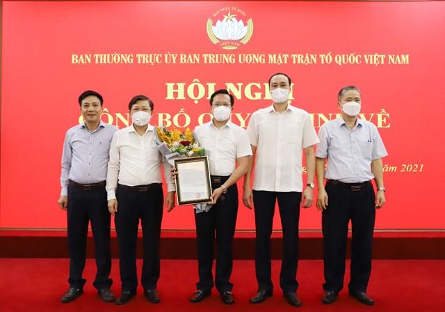 Phó Chủ tịch Nguyễn Hữu Dũng và  Phó Chủ tịch Phùng Khánh Tài Trao quyết định công tác cho đồng chí Nguyễn Đình Vượng.
