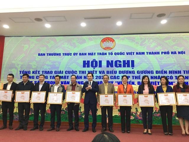 Trưởng ban Tuyên giáo UBT Ư MTTQ Việt Nam trao tặng bằng khen của UBMTTQ thành phố Hà Nội cho các tập thể và cá nhân.