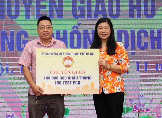 Bà Nguyễn Lan Hương trao bộ thử PCR phòng chống Covid - 19 cho Trung tâm kiểm soát bệnh tật Hà Nội.