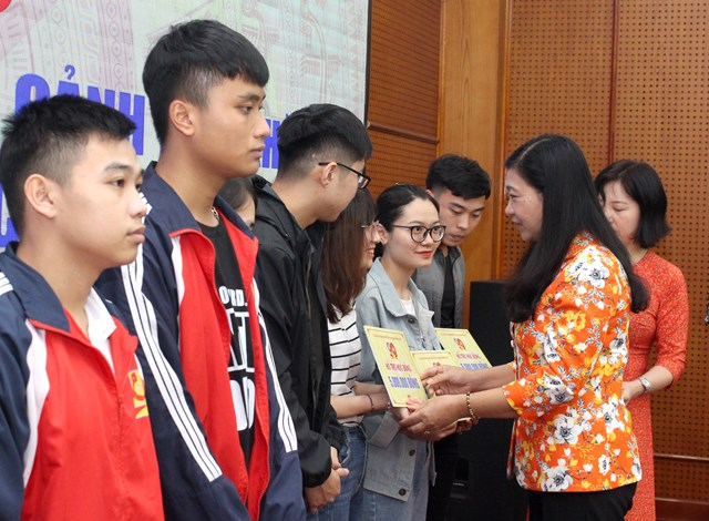 Ủy ban MTTQ Thành phố Hà Nội trao tiền hỗ trợ học bổng cho học sinh nghèo miền Trung đang học tập tại Hà Nội.