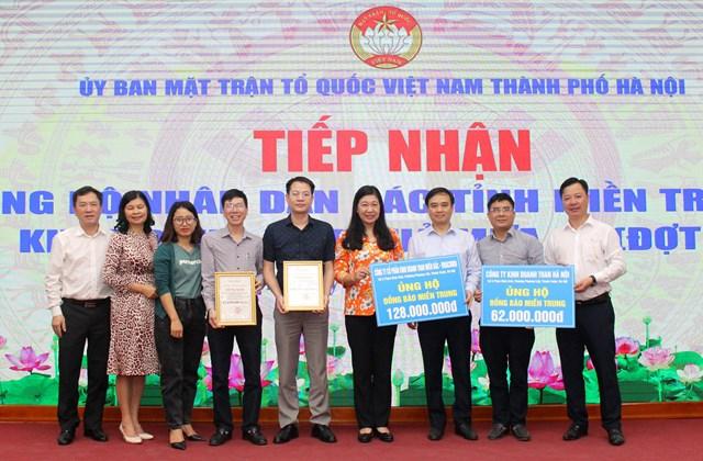Bà Nguyễn Lan Hương tiếp nhận ủng hộ đồng bào miền Trung.