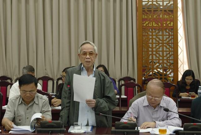 Đại biểu phát biểu tại hội nghị phản biện.