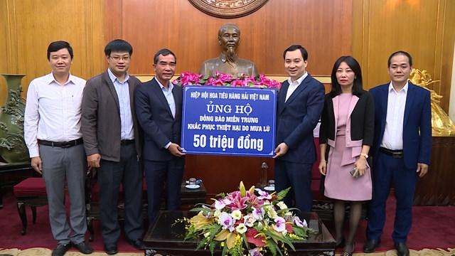 Ông Vũ Văn Tiến, Trưởng ban Tuyên giáo UBTƯ MTTQ Việt Nam tiếp nhận ủng hộ.