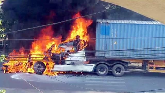 Đầu xe container bị ngọn lửa thiêu rụi toàn bộ.