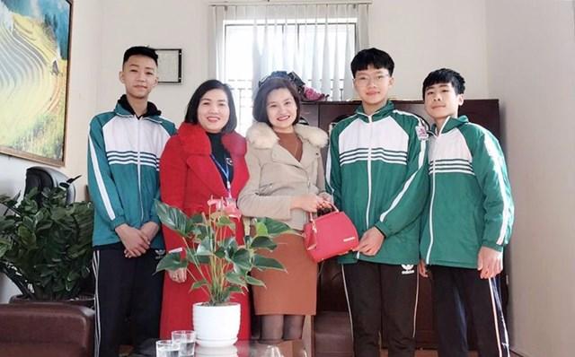 3 học sinh lớp 9B và Hiệu trưởng Trường TH&THCS Hùng Thắng (TP Hạ Long) trả lại chiếc túi xách có số tiền 21,5 triệu đồng cho chị Nguyễn Thị Tuyền ở khu 4A, phường Hùng Thắng (TP Hạ Long).