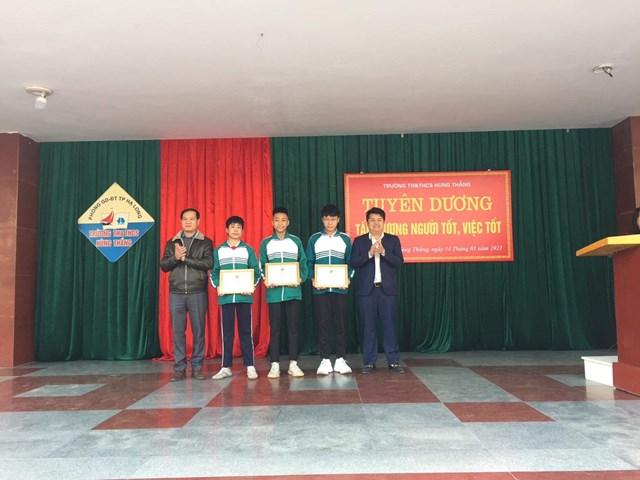 Thành Đoàn TP Hạ Long khen thưởng 3 học sinh.