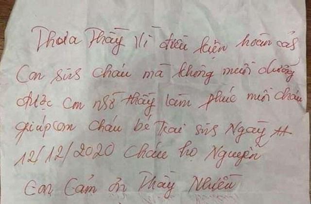 Bé trai bị bỏ rơi với lá thư viết tay kèm theo.