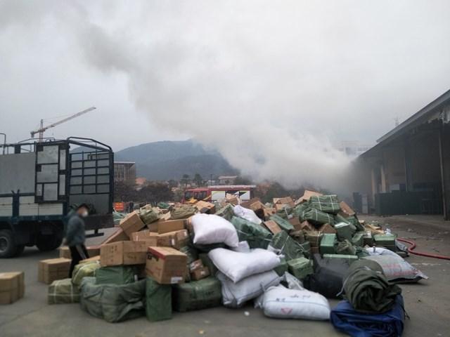 Lực lượng tại chỗ đã cố gắng vừa chữa cháy và di chuyển hàng hóa ra khỏi kho.