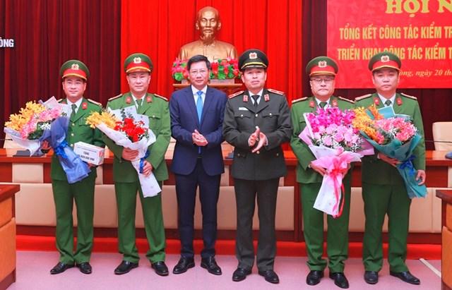 Lãnh đạo UBND TP Hải Phòng động viên khen thưởng các đơn vị phá án.