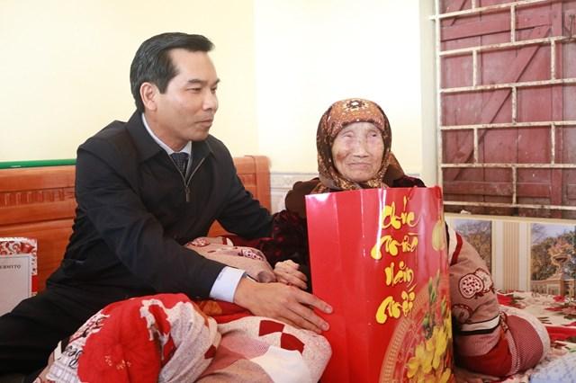 Đồng chí Cao Xuân Liên –Chủ tịch Uỷ ban MTTQ Việt Nam TP Hải Phòng thăm hỏi, tặng quà Mẹ Việt Nam Anh hùng Phạm Thị Dần.