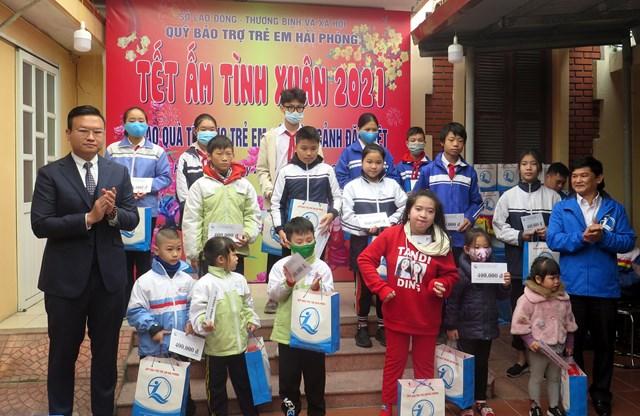 Niềm vui của các trẻ em có hoàn cảnh khó khăn khi được nhận quà Tết