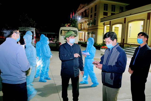 Phó Chủ tịch UBND thị xã Đông Triều Nguyễn Khắc Dũng chỉ đạo triển khai truy vết, lấy mẫu xét nghiệm tại xã An Sinh đêm 29/1