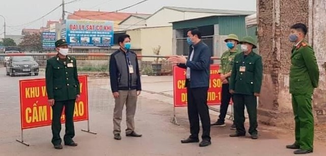 Ông Nguyễn Văn Ngoãn, Phó Bí thư Thị ủy Đông Triều kiểm tra việc chấp hành phong tỏa tạm thời tại xã An Sinh