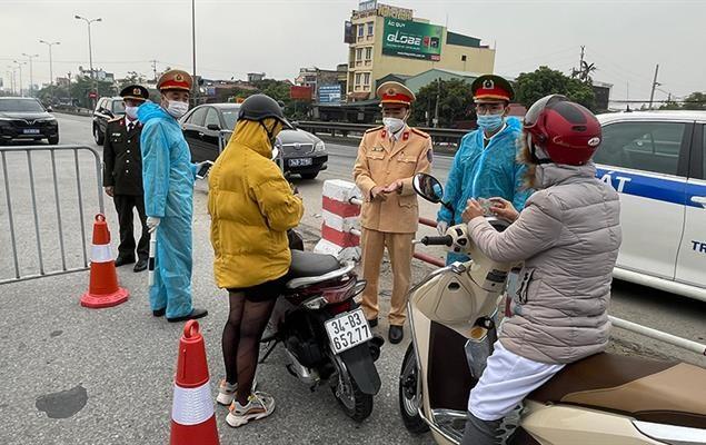 Lực lương chức năng kiểm soát hoạt động giao thông trên địa bàn TP Hải Dương.