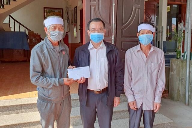 Lãnh đạo Ủy ban MTTQ tỉnh thăm hỏi, trao 6 triệu đồng hỗ trợ gia đình 2 nạn nhân. Ảnh: Báo Quảng Ninh.