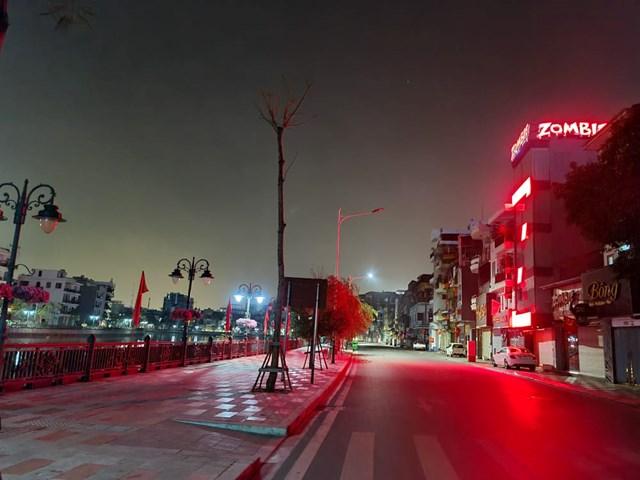 Các tuyến đường sau 22h đêm tại Hải Phòng gần như vắng bóng người qua lại.