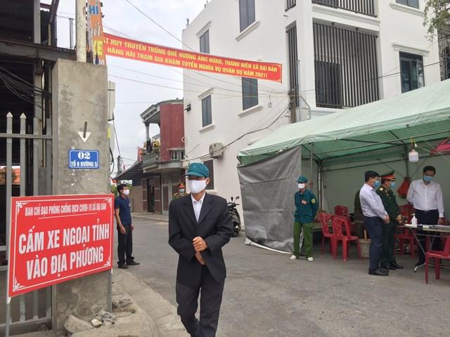 Chốt kiểm soát thôn Tiên Nông (Đại Bản, An Dương, Hải Phòng) cấm các phương tiện xe ngoại tỉnh vào địa phương