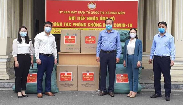 Ông Lại Văn Lương (thứ 2, trái sang), Ủy viên BTV Thị ủy, Trưởng Ban Dân vận Thị ủy, Chủ tịch Ủy ban MTTQ TX Kinh Môn tiếp nhận hỗ trợ của thị xã Đông Triều