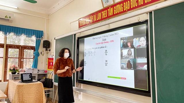 GV Trường Tiểu học Trần Hưng Đạo, thành phố Hạ Long dạy học trực tuyến.