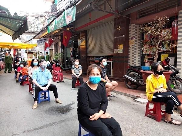 Người dân trong khu phong tỏa Lô 112 Khu công nhân Dư Hàng (quận Lê Chân, Hải Phòng) xếp hàng lấy mẫu xét nghiệm.