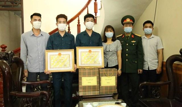 Đại diện Ban chỉ huy Quân sự thị xã và phường Đức Chính đến tặng quà và trao giấy khen cho 2 tân binh Bùi Đình Tưởng và Bùi Đình Tú