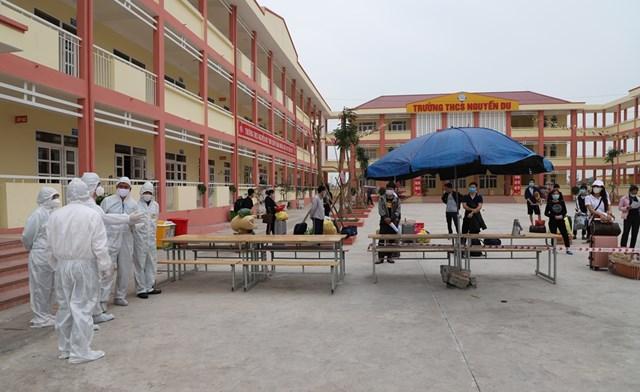 Đoàn kiểm tra quy trình công dân hoàn thành cách ly tập trung tại Trường THCS Nguyễn Du, TX Đông Triều, Quảng Ninh về cách ly tại gia đình ngày 5/2. Ảnh: Minh Khương (CDC Quảng Ninh).