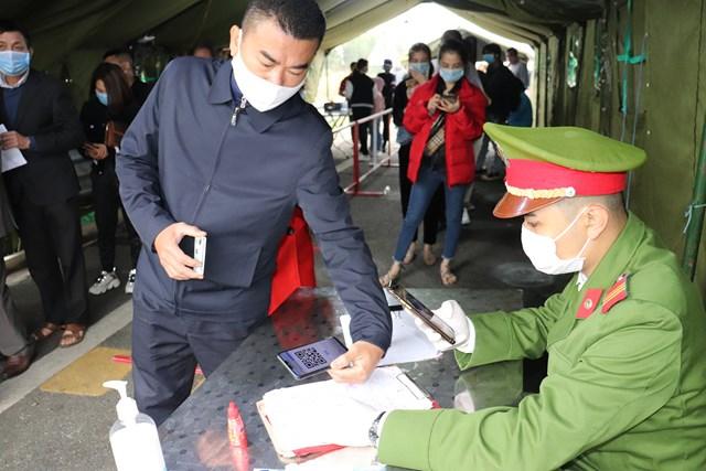 Người dân thực hiện kiểm soát y tế thông qua quét mã QR cá nhân trên điện thoại. Ảnh: Báo Quảng Ninh.