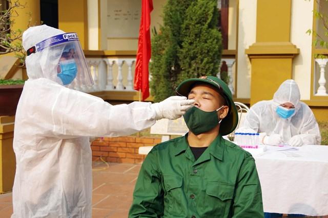 Công dân đủ điều kiện nhập ngũ năm 2021 đều được 2 lần xét nghiệm Covid-19. Ảnh: Báo Quảng Ninh.