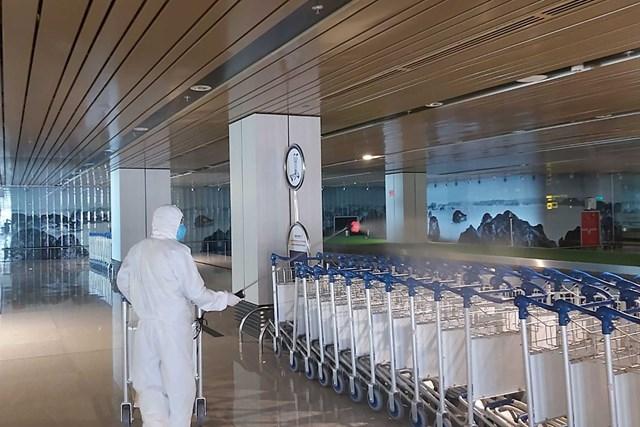 Phun dung dịch sát khuẩn tại sân bay Vân Đồn. Ảnh Đỗ Phương