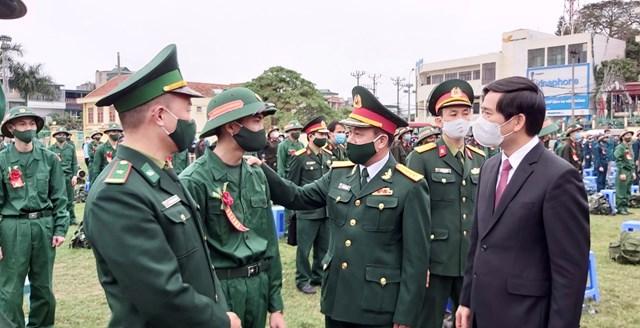 Lãnh đạo tỉnh Quảng Ninh và lãnh đạo BCH quân sự tỉnh động viên tân binh lên đường nhập ngũ.