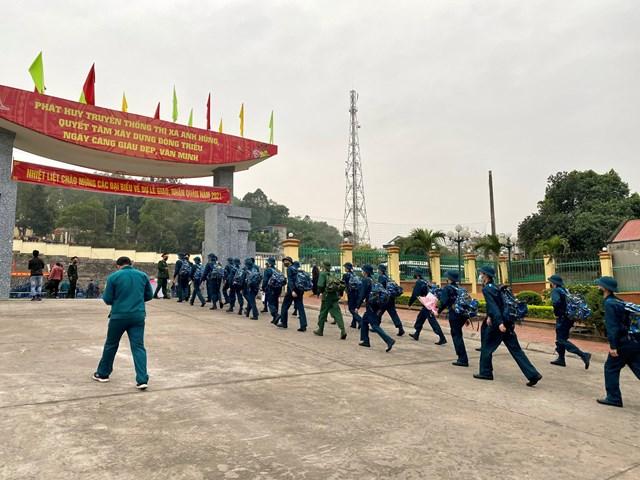 Các tân binh đến từ xã Thủy An (TX Đông Triều) dàn hàng để giữ khoảng cách an toàn