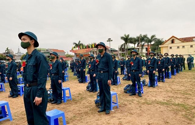 Buổi lễ giao nhận tân binh được diễn rabảo đảm đúng tiêu chuẩn, quy định của Luật Nghĩa vụ quân sự dưới sự kiểm soát chặt chẽ, phòng chống dịch Covid-19.