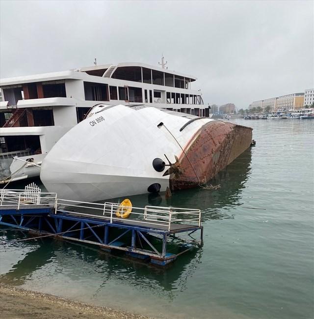 Hiện trường vụ tàu lật nghiêng tại Cảng tàu du lịch quốc tế Tuần Châu sáng 6.3. Ảnh: Nguyễn Hùng.