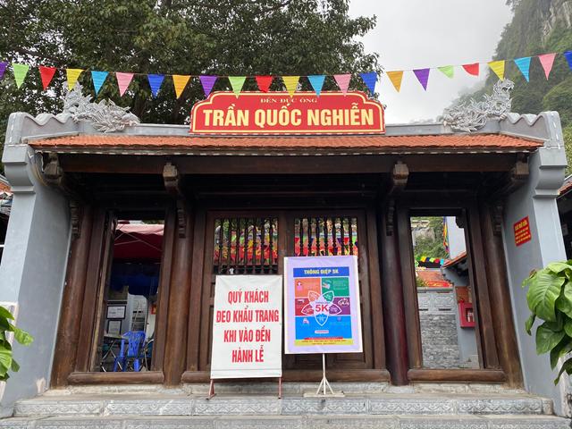 Tại các cơ sở tín ngưỡng tôn giáo đều đề cao việc tuyên truyền thông điệp 5K của Bộ Y tế. Hình ảnh ghi tại Đền Đức Ông Trần Quốc Nghiễn (TP Hạ Long, Quảng Ninh).