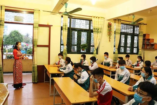 Trước giờ học các em học sinh cũng đã được giáo viên chủ nhiệm phổ biến thực hiện nghiêm các quy định phòng dịch trong quá trình học tập.