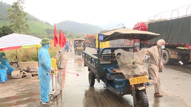 Người và phương tiện vận chuyển hàng hóa tại cửa khẩu Hoành Mô được kiểm soát, phòng dịch Covid-19 chặt chẽ. Ảnh: Báo Quảng Ninh.