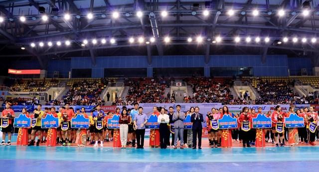 Lãnh đạo tỉnh Quảng Ninh, nhà tài trợ, Liên đoàn bóng chuyền tặng hoa và lưu niệm cho các đội tham dự.