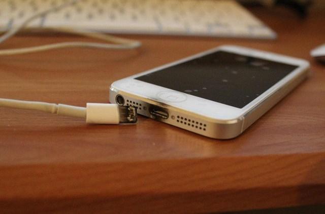 Nguy hiểm khi vừa dùng máy điện thoại vừa sạc pin. Ảnh minh họa